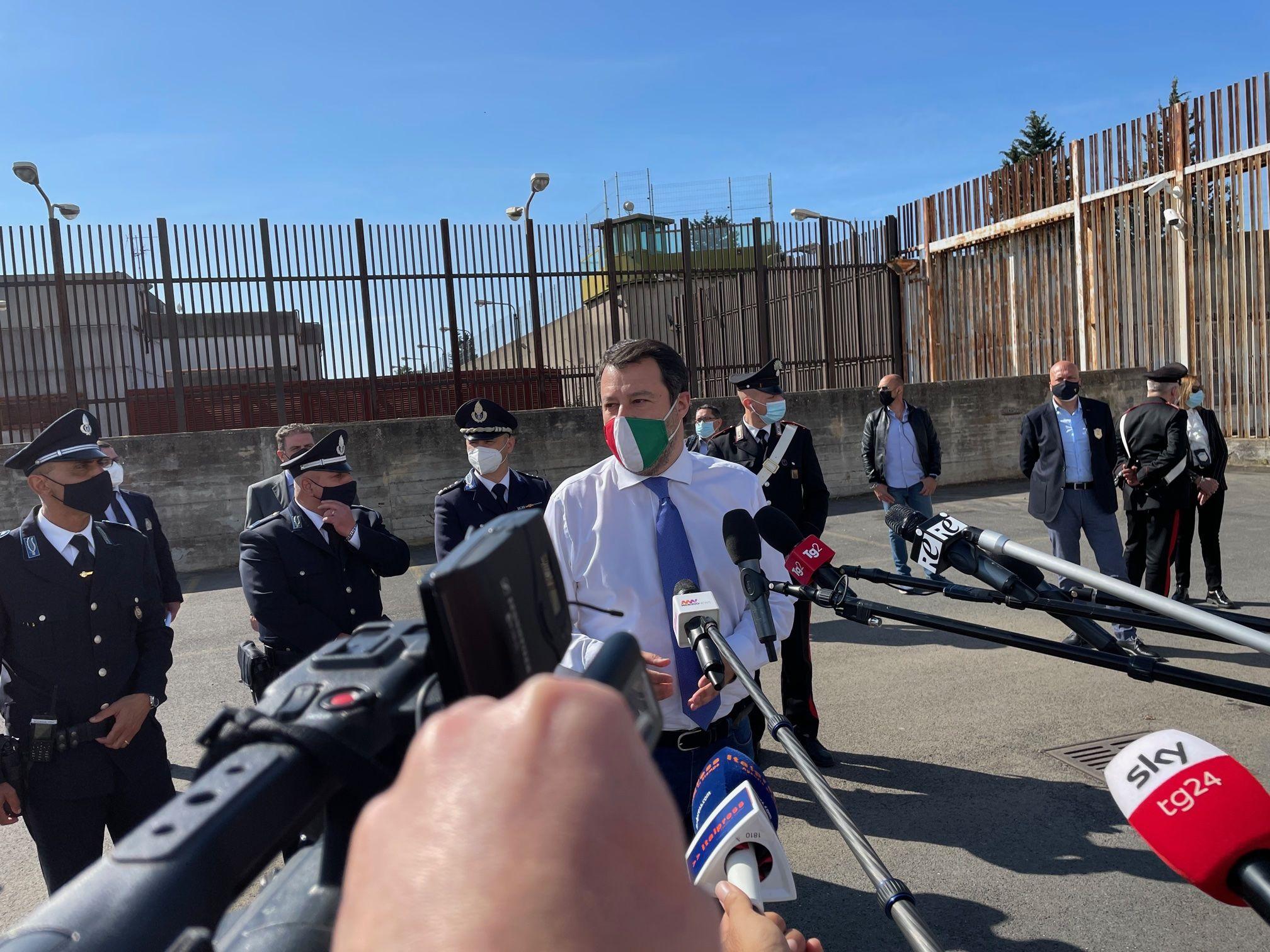 """Salvini """"sia l'estate dei turisti, non dei migranti che sbarcano"""""""
