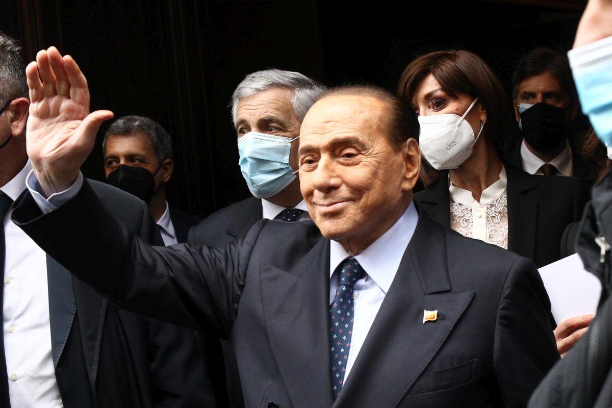 Berlusconi esce dall'ospedale