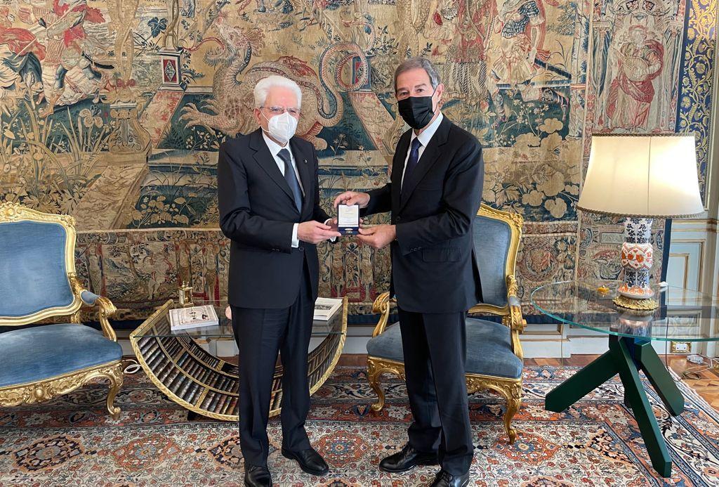 Musumeci dona medaglia Statuto siciliano a Mattarella al Quirinale