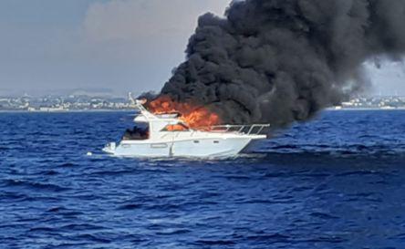 Barca in fiamme, Guardia Costiera di Trapani salva 13 persone