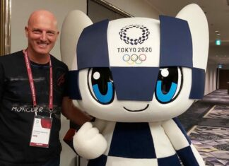 Federico Valentini con la mascotte di Tokyo