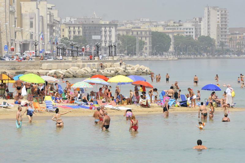 Turismo, vacanze rimandate e più brevi