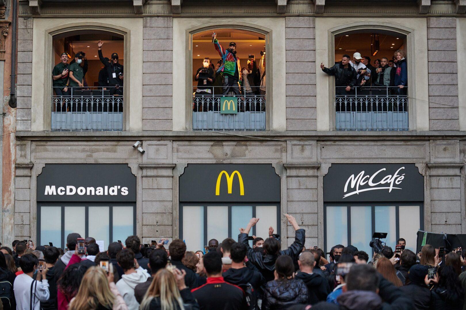 Milano, al ristorante McDonald's di Piazza Duomo a sorpresa arriva Ghali